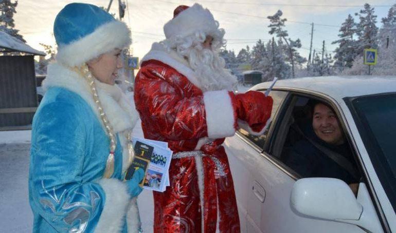 В Якутии полицейские в костюмах Деда Мороза поздравляют автомобилистов
