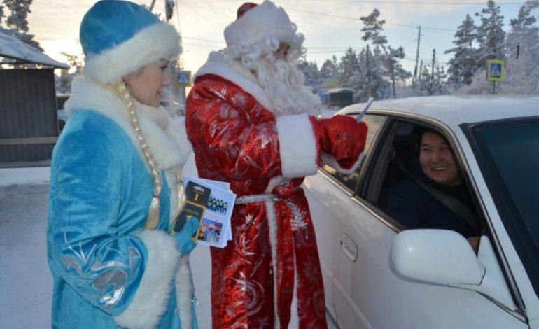 В Якутии полицейские Деды Морозы поздравляют детей и водителей
