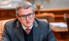 «Юморист!» Подписчики премьер-министра Якутии отреагировали на его пост о повышении зарплаты бюджетникам
