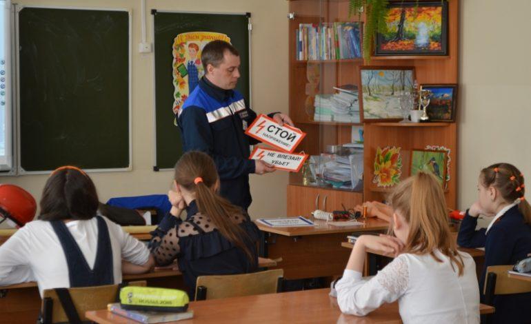 Энергетики ДРСК продолжают уроки по электробезопасности в школах Южной Якутии