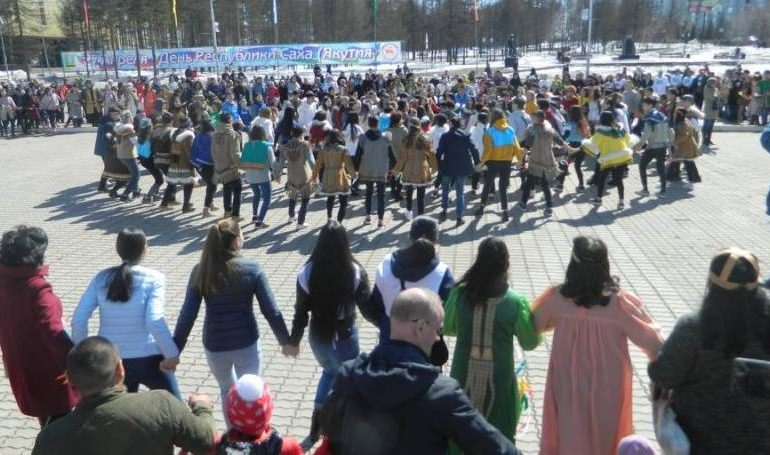 Тысячи нерюнгринцев вышли на осуохай в День Республики