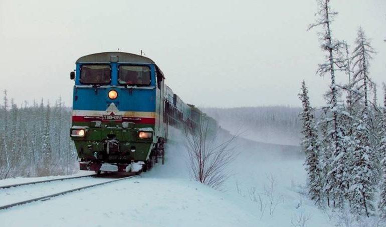 В поезд Хабаровск — Нерюнгри врезался автомобиль. Один человек погиб